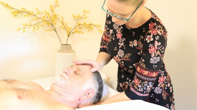 Emma Simmonds, osteopath, treating a patient with osteopathy at Mulberry Wellbeing